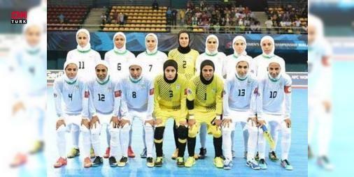 İranlı sporcu ömür boyu men cezası aldı: İran'ın futsal milli takımı oyuncusu Şiva Emini, yurt dışında bulunduğu sırada özel bir maçta başı açık oynadığı gerekçesiyle ömür boyu milli takımdan men edildiğini ileri sürdü.