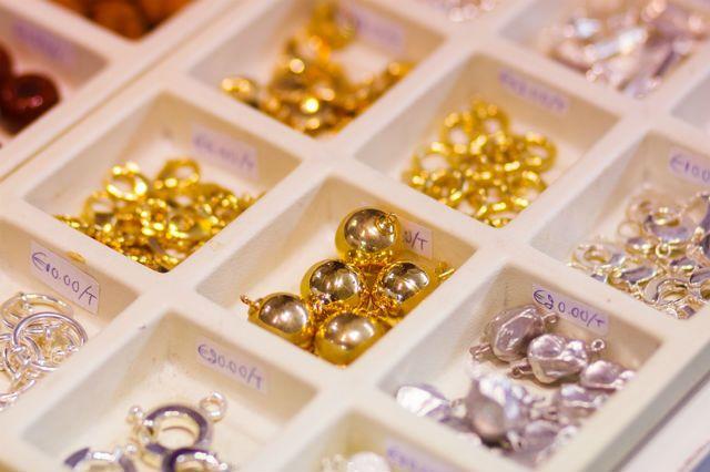 Εάν σκέφτεσαι να ξεκινήσεις την ενασχόληση με την κατασκευή κοσμημάτων faux bijoux, τότε χρειάζεται να γνωρίζεις κάποιους όρους από υλικά που μπορεί μέχρι τώρα να σου είναι άγνωστοι. Θα τα βρεις ομαδοποιημένα κάτω από τον τίτλο τεχνικά στοιχεία ή εξαρτήματα κοσμήματος (findings) και είναι σίγουρο οτι κάπου θα τα χρειαστείς για τις δημιουργίες σου. Μάθε … Continue reading Τεχνικά στοιχεία κοσμήματος (Findings)
