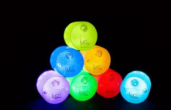 Luci Aura. La lanterna solare gofiabile che illumina l'ambiente con vari colori.