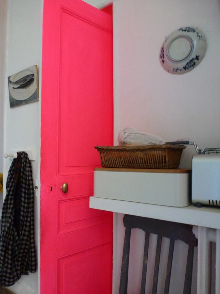 une porte rose ! A essayer avec la peinture rose fluo vistaglo: http://www.vistaglo.com/peinture-fluo-uv-rose-25cl.html.  Front door!!