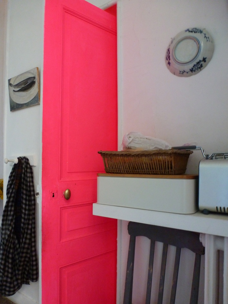 une porte rose qui donne le sourire A essayer avec la peinture rose fluo vistaglo: http://www.vistaglo.com/peinture-fluo-uv-rose-25cl.html