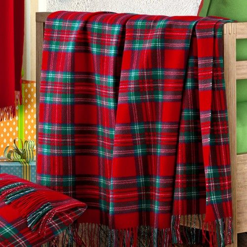 CORVARA. Plaid in un elegante disegno scozzese che si ispira ai disegni dei clan scozzesi. Throw which elegant tartan patterns are inspired by those that denote Scottish Clans. www.marzottohome.com