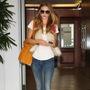 Ρόζι ΧάντινγκτονΤο γούνινο γιλέκο του οίκου Isabel Marant αποτελεί must-have κομμάτι των celebrities. H πανέμορφη σταρ του μόντελινγκ επέλεξε να το φορέσει με skinny τζην και λευκό T-shirt, επιτυγχάνοντας ένα casual chic αποτέλεσμα.