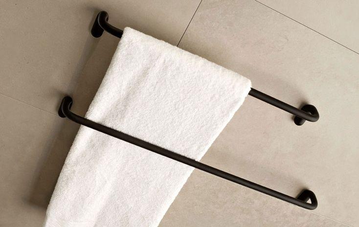 Porta Asciugamano Goccia by Gessi Porta asciugamano a muro della collezione Goccia, previsto in tre diverse misure e nelle finiture cromo, bianco, nero (in foto) e cromo spazzolato. Della stessa collezione sono disponibili svariati accessori per il bagno.