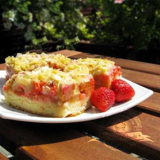 Drożdżowy placek z rabarbarem i truskawkami | Świat Ciasta
