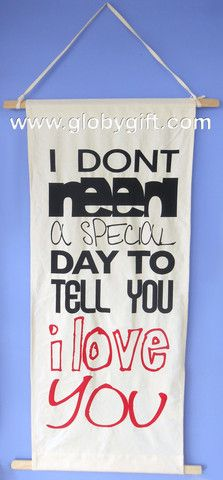 "Pergamino gigante de manta con mensaje ""I don't need a special day to tell you I love you"". Tamaño: 1.30 x 56 cm."