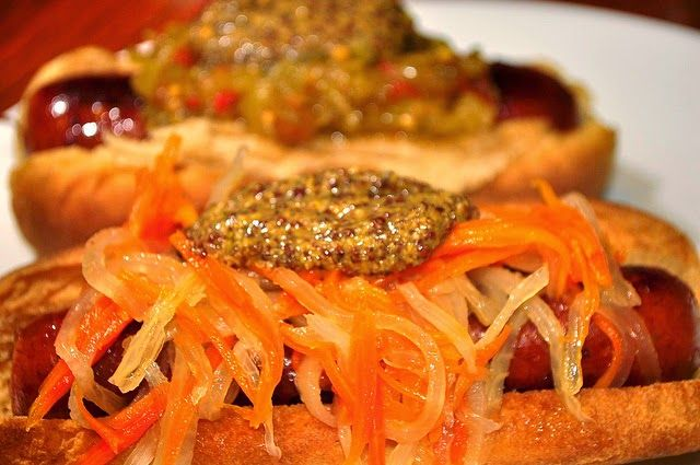 Recette de pickles vietnamiens, carottes et radis blanc (navet blanc long), vinaigre, sucre, ail, piment - vegan - cuisine vietnam Ces pickles vietnamiens do chua sont utilisés pour garnir des sandwichs de type banh mi. Ils assaisonnent et accompagnent les salades ou les  plats de viande ou de curry. La recette qui suit est préparé avec carotte et radis blanc ou navet long blanc, du vinaigre, de l'ail, du piment. Une préparation compatible avec les régimes vegan - végétaliens.