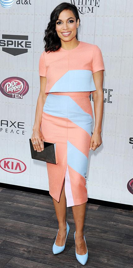 Rosario Dawson worked a pastel-saturated palette at the 2014 Spike TV Guys Choice Awards in an apricot-sky blue color-blocked crop top and skirt, both by Roksanda Ilincic, complete with a black Kate Spade clutch, Graziela Gems ear cuffs, rings by Dana Rebecca Designs, EF Collection, and Graziela Gems, and matching sky blue Chelsea Paris pumps.