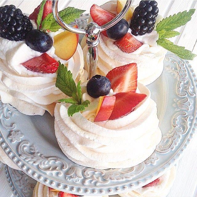 """Мини десерт""""Павлова"""" Оочень рекомендую! Учитывая ,что корзиночки из меренги можно сделать заранее,а сливки взбить минут за 5,украсить любыми сезонными ягодами и у вас вкусный,и не побоюсь этого..."""