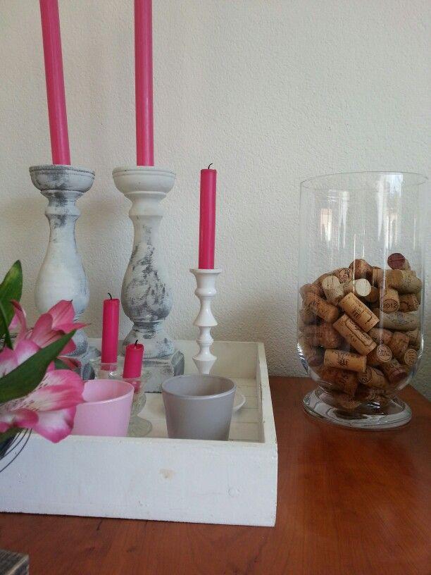 Plateau met kaarsen, bloemen en vaas met kurken collectie