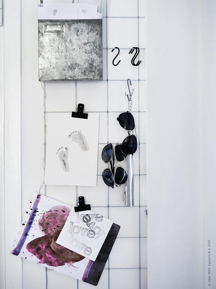 I en förvaringsbox samlas post. Med klämmor och krokar skapas en flexibel dekorationsmöjlighet som visar upp personliga favoriter – lätt att byta ut och anpassa efter humör. BYGEL S-krok.