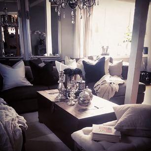 Instagram photo by frokennordseth - Moro og se gjennom gamle bilder.. ;-) Nyt de siste timene av helga ♥ #stue #diy #diyinterior #ottoman #Hjemmelaget #inspirasjon #inspirasjon4all1 #inspoforhome #inspo #interiorinspirasjon #interior #interiør #interiørinspirasjon #interiørdetaljer #interiørdesign #skandinaviskehjem #trysil #homesweethome #restaurerer #gammelt #hus #homeforinspo