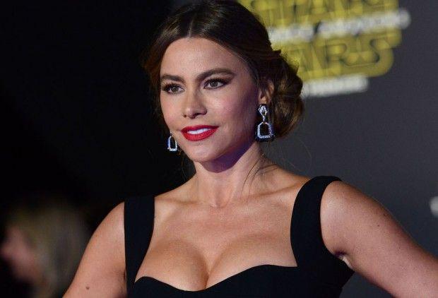 Sofia Vergara are probleme din cauza sânilor imenși - http://romaniamondena.ro/sofia-vergara-are-probleme-din-cauza-sanilor-imensi/