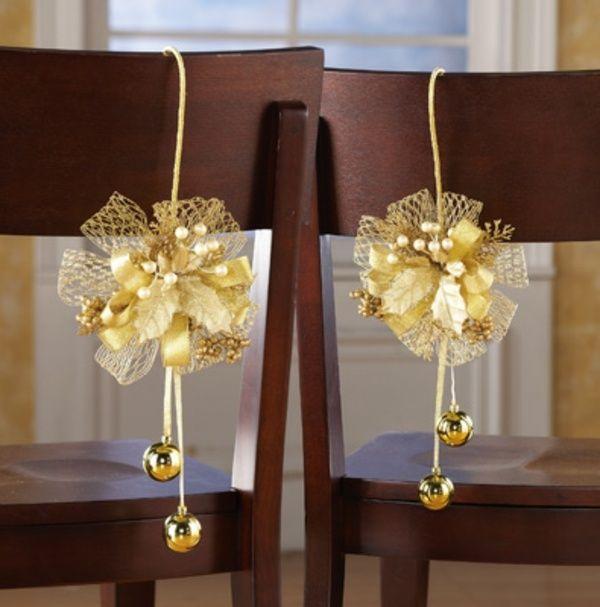 rubans de couleur or et boules de Noël ornent les chaises autour de la table de fête