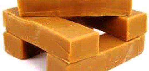 Fudge, beste flopvrye resep ooit, sal nooit weer ander een probeer nie… Sukses Fudge !! 400g suiker 45ml water 55ml botter 30ml gouestroop 1 blik kondensmelk 1 tl vanielje Meng die suiker en w…