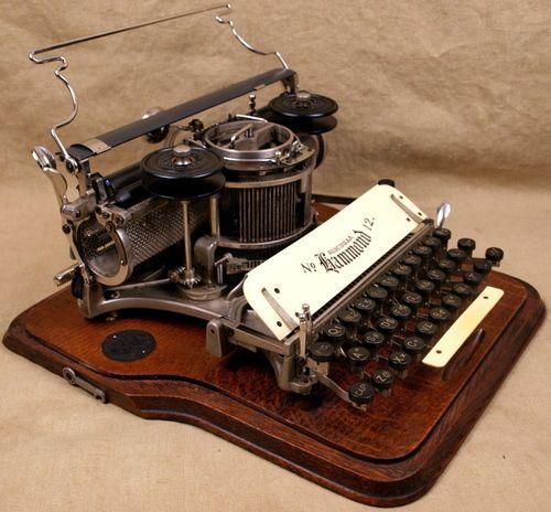 Hammond Model No.12. 1905. Hammond Typewriter Company, New York USA.Su inventor fue James Barlett Hammond en 1884.Era una máquina de teclado semicircular donde las teclas se dividen en dos hileras, estas eran de madera de ébano; su diseño hacía pensar en un piano, pero de letras.Una de las ventajas de estas máquinas eran sus tipos intercambiables ello, permitía escribir en diferentes idiomas