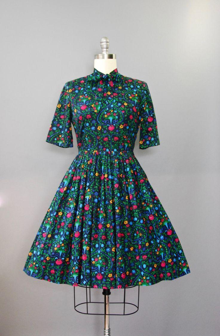 Schattig 1950s donkere bloemen katoen jurk met taille gesmoord, volledige rok, 3/4 mouwen, hals taille band en verborgen kant rits. Zo lekker!  voorwaarde: uitstekend, vers schoongemaakte en klaar om te dragen Label: geen materiaal: katoen  ---✄---Metingen---✄--- Bust: 38 in Taille: 29 in schouder aan taille: 16 in lengte: 39 in schouder: 16 in lengte mouwen: 12 in passen: medium  ➸ GEEN TERUGGAVEN. Controleer of het beleid van mijn winkel voordat aankoop. Ik kan geen rendement te nemen...