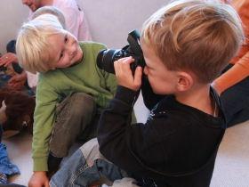Kindergarten-Kinder fotografieren sich gegenseitig; © (BIBER) Schulen ans Netz