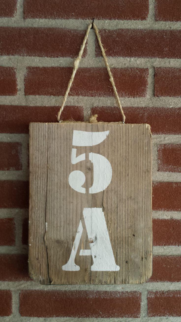 Steigerhouten huisnummer. Te verkrijgen bij www.prijntje.nl