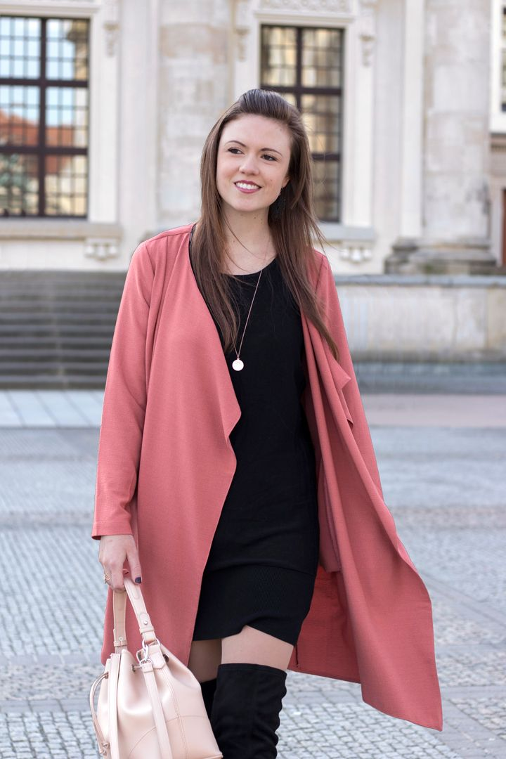 Ready for Spring! Trenchcoat und Overknees - JustMyself Trench coat and overknee boots, streetstyle, streetwear, streetfashion, colourful, rosa, rose, black dress, bucket bag, outfit inspiration, outfit inspo spring