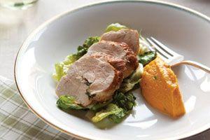 Varkenshaas gevuld met salie en knoflook, pompoenpuree en gestoofde andijvie