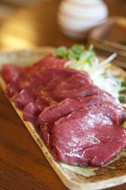 馬肉を生のまま食べる「馬刺し」は、わたしたち日本人のなかでも古来から愛され続けてきた和食文化のひとつ。食べ方のポイントさえ知っていれば、食卓が華やぐ最高の食材です。ご当地産のお醤油やごま油などを使った美味しいタレで、じっくり味わって食べる「馬刺し」は、本当にほっぺたが落ちそうなくらい美味ですよね♪