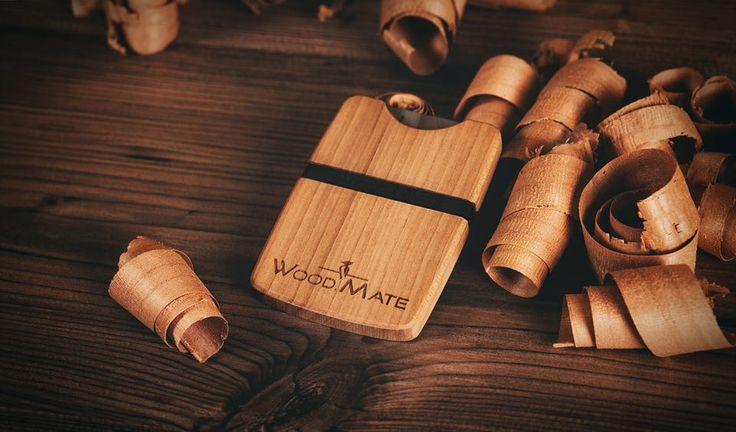 Kirschholz gehört zu den harten Edelhölzern und kennzeichnet sich durch sein rötlich warmes Erscheinen aus. BE A WOOD.MATE! #woodmate #wood #wallet