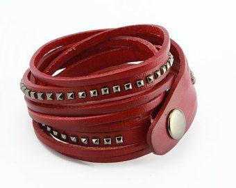 Esta pulsera de abrigo 100% cuero genuino es una pulsera de brazalete de cuero tachonado y trenzados que hace una declaración.  Color, textura y estilo inconfundible, esta pulsera de abrigo de cuero lo tiene todo!  Envuélvalo alrededor de su muñeca, y tendrá el aspecto de un conjunto de hermosas pulseras en una sola pieza fácil de llevar, cómoda.  En primer lugar, es el trenzado inferior, que muestra el maravilloso grano de cuero genuino.  A continuación, es el manguito liso y suave con sus…