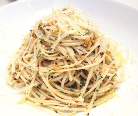 OMG!! with this pile of... Linguine With Garlic & Oil Recipe // from JoAnn Cianciulli's MasterChef cookbook: Mmm Food, Food Recipes, Garlic Oil, Olives Oil, Garlic Chicken, Food Food, Peppers Flakes, Oil Recipes, Favorite Food