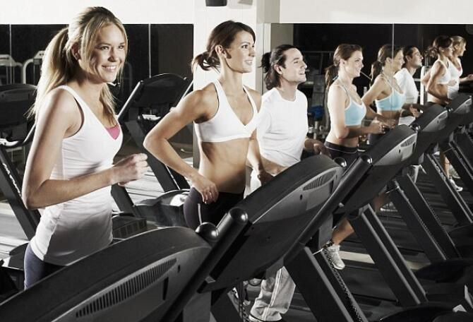 Correr en una cinta no requiere el mismo esfuerzo que correr al aire libre. Sigue estos consejos para optimizar tus entrenamientos en una cinta de correr.