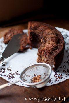 Sokeriton ja vehnätön banaani-taateli-suklaakakku