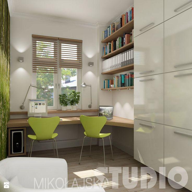 podwieszany komputer, ewentualnie lampa montowana na ścianie (biurko męża)