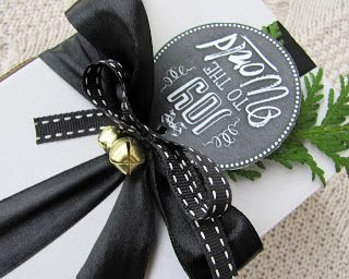 Czarna wstążka też jest fajna :) #black #swieta #xmas #christmas #gift #giftidea #ribbon #blackribbon #komodapomyslow #hohoho