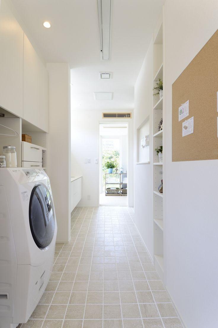 ◆共働き家族をサポート[トモイエ] 「洗う」「干す」「とりこむ」「しまう」一連のお洗濯の動きがこの空間で完結。 共働きファミリーを賢くサポートし、暮らしをスムーズに楽しくする提案も。
