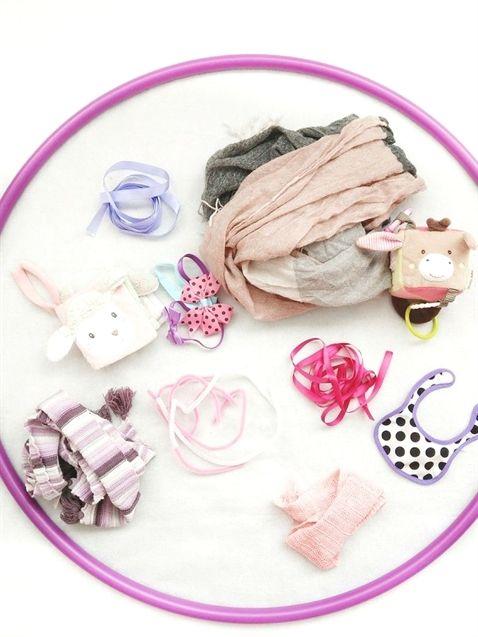 Eine schnell umsetzbare Idee um das Baby zu beschäftigen: Der Sensorik-Hula-Hoo…