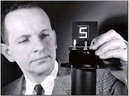 En el otoño de 1964 George H. Heilmeier creo las pantallas LCD, trabajando se dio cuenta de la conmutación de colores inducida por el reajuste de los tintes de dicroico en un cristal líquido homeotrópicamente orientado.   La realización de la 1 pantalla de cristal líquido de funcionamiento sobre la base de lo que él llamó la dispersión modo dinámico (DSM). La aplicación d un voltaje a un dispositivo DSM cambia inicialmente el cristal líquido transparente en una capa lechosa, turbia y…