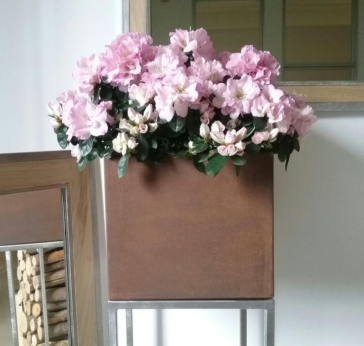 Fioriera serie MUM con la fioriera in corten sopra al supporto di acciaio inox