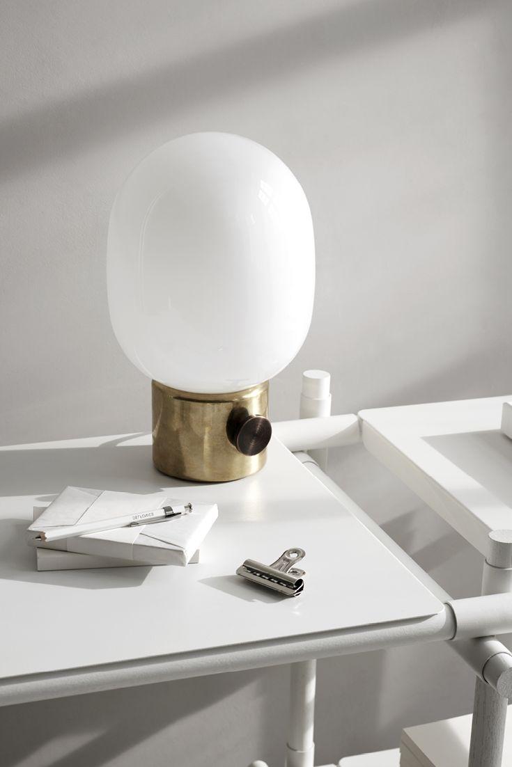 JWDA Metallic lampe fra Menu er en smuk lampe, som er inspireret af traditionelle olielamper. JWDA lampen passer perfekt i enhver indendørs stil. Lampen er designet af Jonas Wagnell. Findes også i børstet stål.
