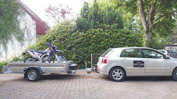 Wer schon mal eine schwere Maschine alleine auf einen Motorrad-Trailer schieben musste, wird eine Lösung wie den Absenkanhänger sehr zu schätzen wissen...