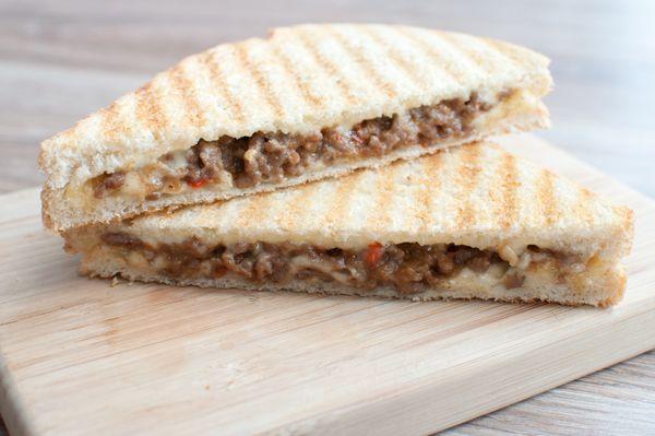 De vlamtosti; wie kent hem niet. Een tosti met kaas en pittig gehakt. Een legende uit de sportkantines maar ook heel erg makkelijk om zelf te maken!