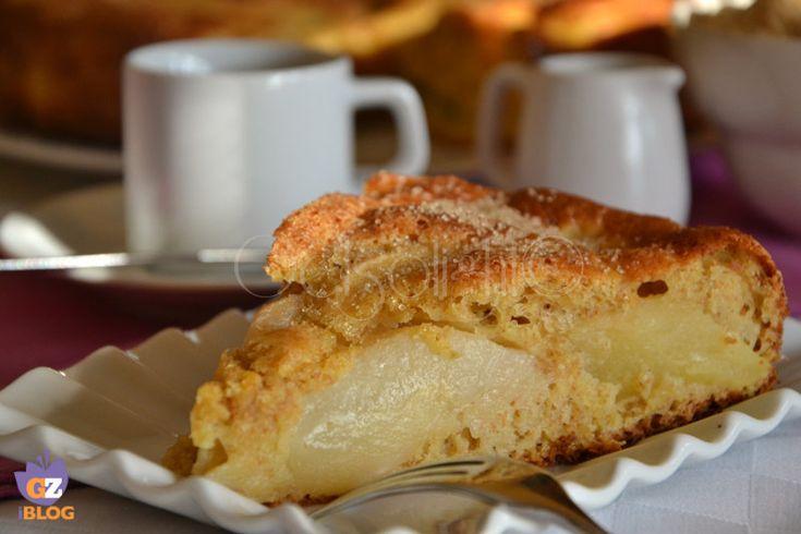 Torta macedonia, una torta ricca di frutta mista, con farina e zucchero integrali, per una colazione sana.