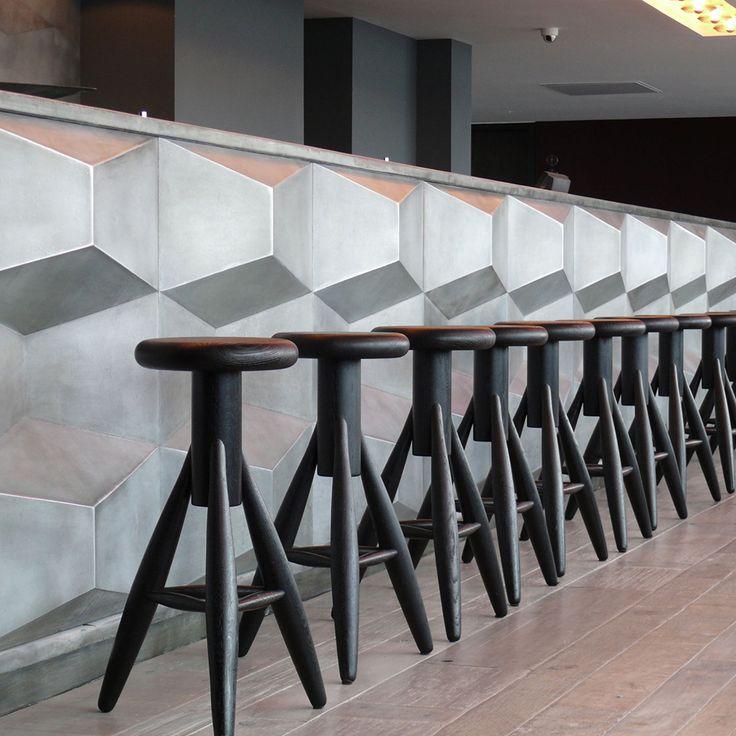Banco #Rocket del diseñador finlandés #EeroAarnio para #Artek. Realizado en madera de roble con acabado natural o en color blanco o negro en alturas de 73 y 45.5 cm.