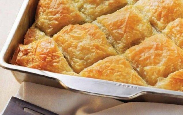 Συνταγή για κολοκυθόπιτα με τρία τυριά και δυόσμο. Κολοκυθόπιτα με φέτα, μυζήθρα και κεφαλογραβιέρα.