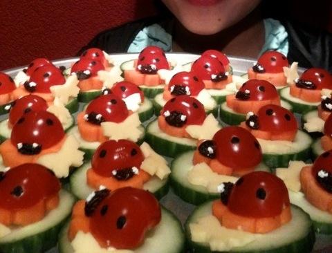 Lieveheersbeestjes van tomaatjes komkommer wortel kaas en rozijntjes.