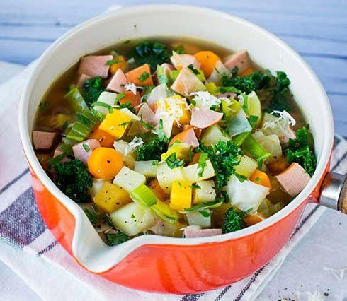 Deilig og sunn suppe - enklere blir det ikke! Se Lise Finckenhagens gode oppskrift på grønnsakssuppe med rotgrønnsaker.