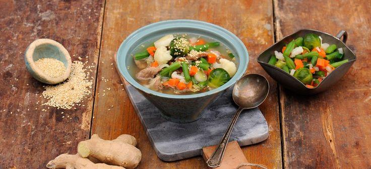Mięso pokrój w cienkie paski, wymieszaj z sosem sojowym i odstaw mniej więcej na 30 minut. Na rozgrzaną oliwę wrzuć drobno posiekany czosnek, imbir, cebulę, cukier i papryczkę, a następnie mięso oprószone mąką. Smaż kilka minut, po czym wlej 3 szklanki wody i gotuj na małym ogniu. Gdy mięso będzie miękkie, dodaj warzywa i gotuj …