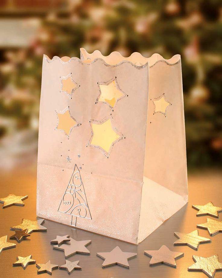 """Licht-Tüten mit Weihnachts-Stickern (Idee mit Anleitung – Klick auf """"Besuchen""""!) - Mit den Deko Licht-Tüten lassen sich wunderschöne kleine Laternen und Windlichter basteln. Gerade für Weihnachten ist das eine simple Geschenk- und Bastelidee für große und kleine Kinder."""
