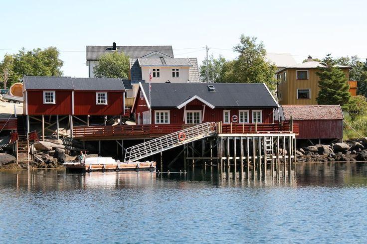 Cabin in Moskenes, Norway. Stedet mitt er nærme restauranter og spisesteder, offentlig transport, kiosk, galleri, havet,sentrum av Reine.. Du vil elske stedet mitt på grunn av Nyrestaurert rorbu mitt i indrefilen av Reine. Rorbuene ligger meget sentralt og skjermet for inns...