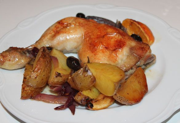 Marinierte Hähnchenschenkel mit Zitronen, Orange, Zwiebeln und Oliven