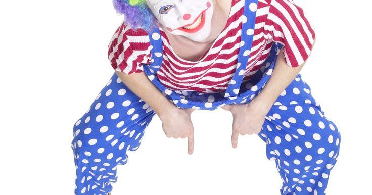 Cómo dibujar caras de payasos. Los payasos han sido asociados con circos, carnavales, rodeos y fiestas de cumpleaños de niños. Los payasos despiertan una sonrisa en la cara de muchas personas y han sido característicos en muchas piezas de arte contemporáneo. Dibujar caras de payasos divertidas se limita sólo a tu imaginación, pero existen algunas técnicas básicas para empezar.